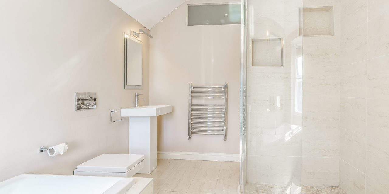https://simplyframeless.com.au/wp-content/uploads/2019/03/simple-bright-bathroom-1280x640.jpg