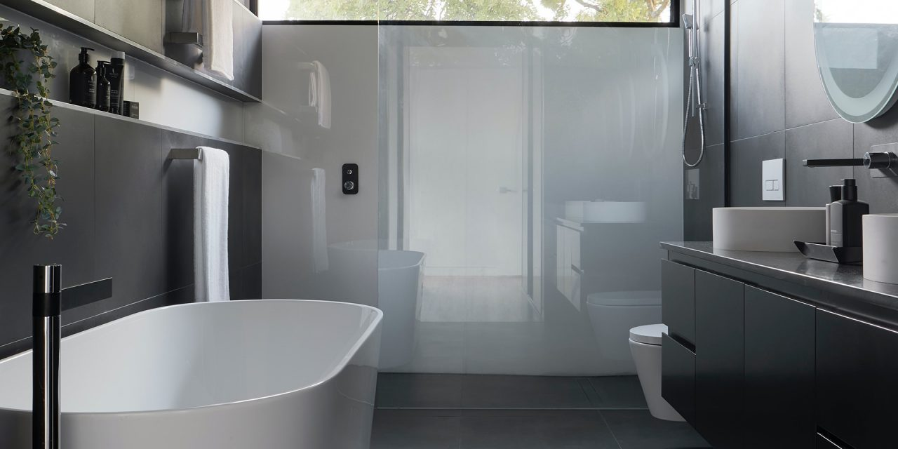 https://simplyframeless.com.au/wp-content/uploads/2020/11/Luxury-Bathroom-Glass-Shower-Simpy-Frameless-1280x640.jpg